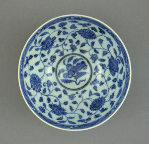 Talerz z motywami lotosu, wczesna dynastia Ming (1368-1450),  Źródło: Fæ via Foter.com / CC BY