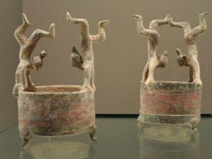 Dwa wazony «Lian» ozdobione figurkami akrobatów, terakota, Zachodnia Dynastia Han (206 pne - 9 ne), Muzeum Cernuschi, Paryż, Francja. Fot. Guillaume Jacquet Źródło: wikimedia commons
