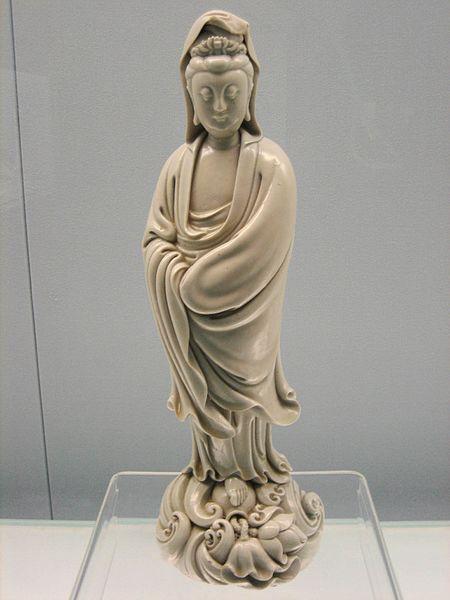 Figurka Guan Yin, dynastia Ming Źródło: Wikimedia Commons