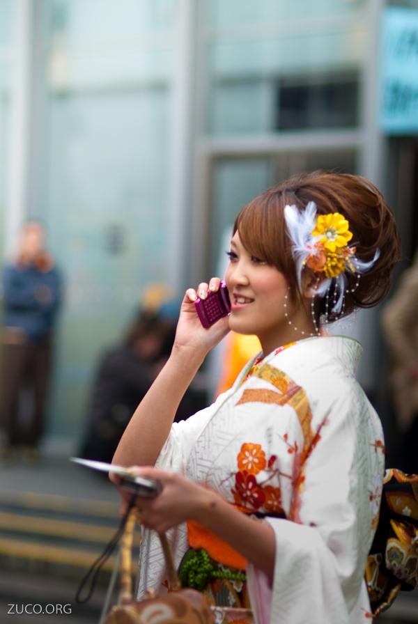 Dziewczyna ubrana w kimono na seijin-shiki Źródło: Pietro Zuco via Foter.com / CC BY-SA