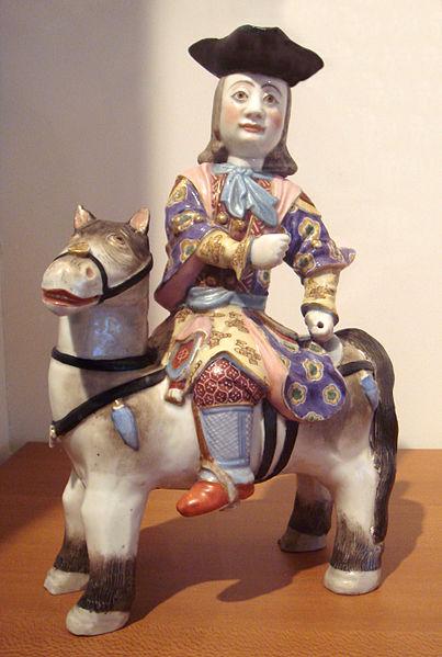 Porcelanowa figurka przedstawiajaca Europejczyka, dynastia Qing Autor: World Imaging Źródło: Wikimedia Commons
