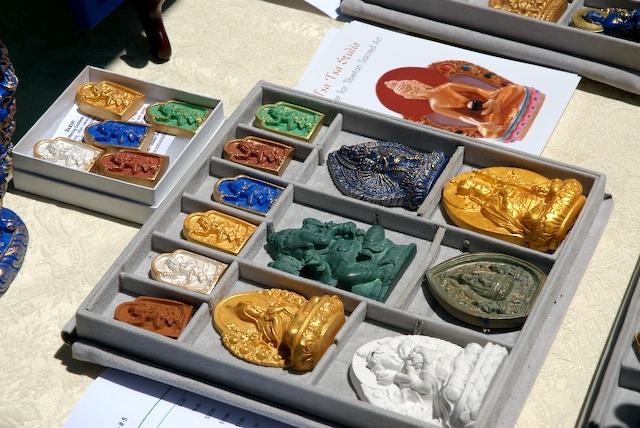 Przkład współczesnych pomalowanych tsha-tsha Źródło: dharmaphotographs via foter.com/cc-by