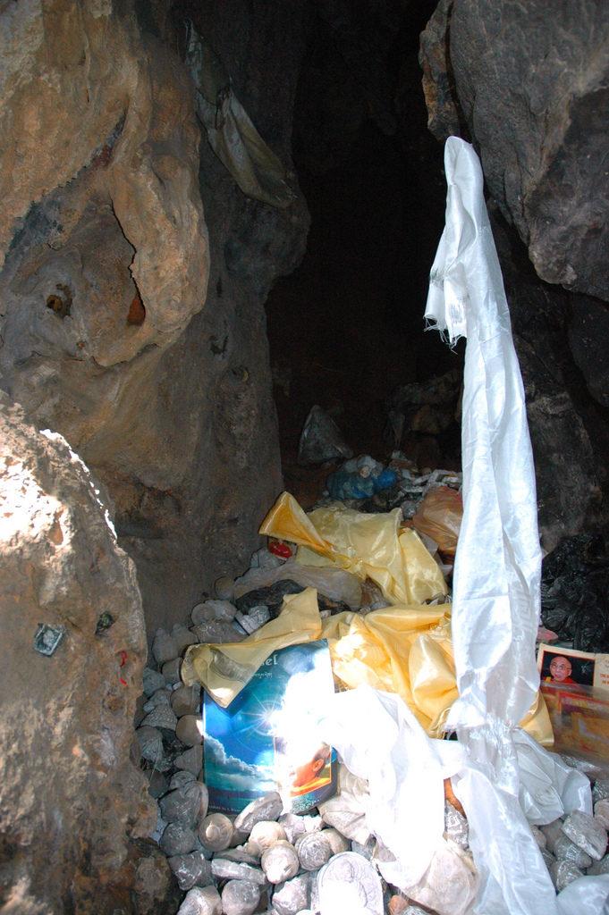 Stosy tsha-tsha znajdujące się w jednej z jaskiń domedytacji - Padmasambhava, zdjęcie Jego Świątobliwości Dalajlamy, Pharping, Nepalu Źródło: Wonderlane via Foter.com CC BY