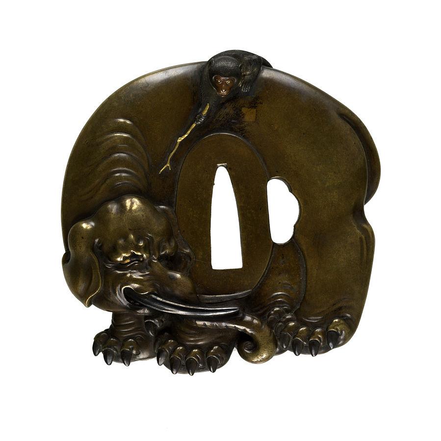Tsuba z przedstawieniem małpy drażniącej kijem słonia   Źródło: Wikimedia Commons